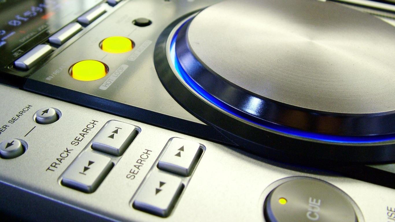 Dj console vinyl record modern equipment hi tech photo hi tech